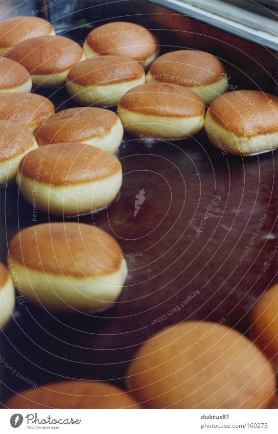 Schwimmende Berliner Bäckerei lecker Backwaren Teilchen Kuchen Ernährung fritieren Fett ausbacken Krapfen viele rund