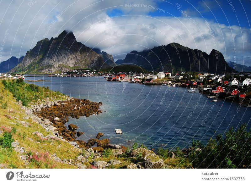 das fischerdorf reine Sommer Sonne Meer Landschaft Wolken Berge u. Gebirge Küste Wasserfahrzeug Insel Spitze Fisch Hütte Blauer Himmel Norwegen Fjord Lofoten