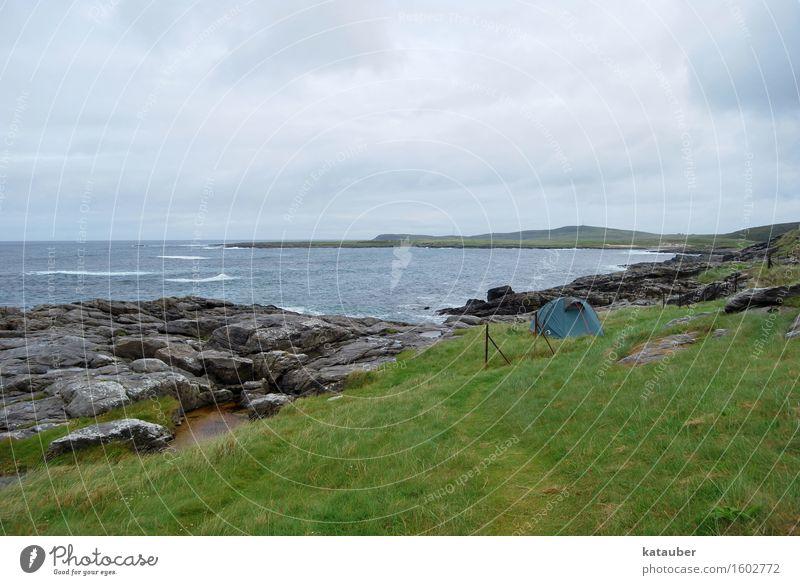 wild camping Ferien & Urlaub & Reisen Abenteuer Freiheit Meer Insel Wellen trist Camping grün einzeln Einsamkeit Wiese Küste Felsen trüb kalt Regen Wolkendecke