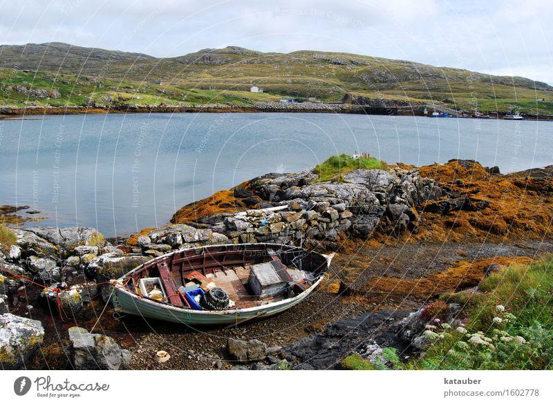 fischerboot Natur Landschaft Wolken Wiese Hügel Küste Bucht Meer Insel alt kalt Einsamkeit Wasserfahrzeug Angeln Mauer Ebbe Schottland Hebriden Sommer