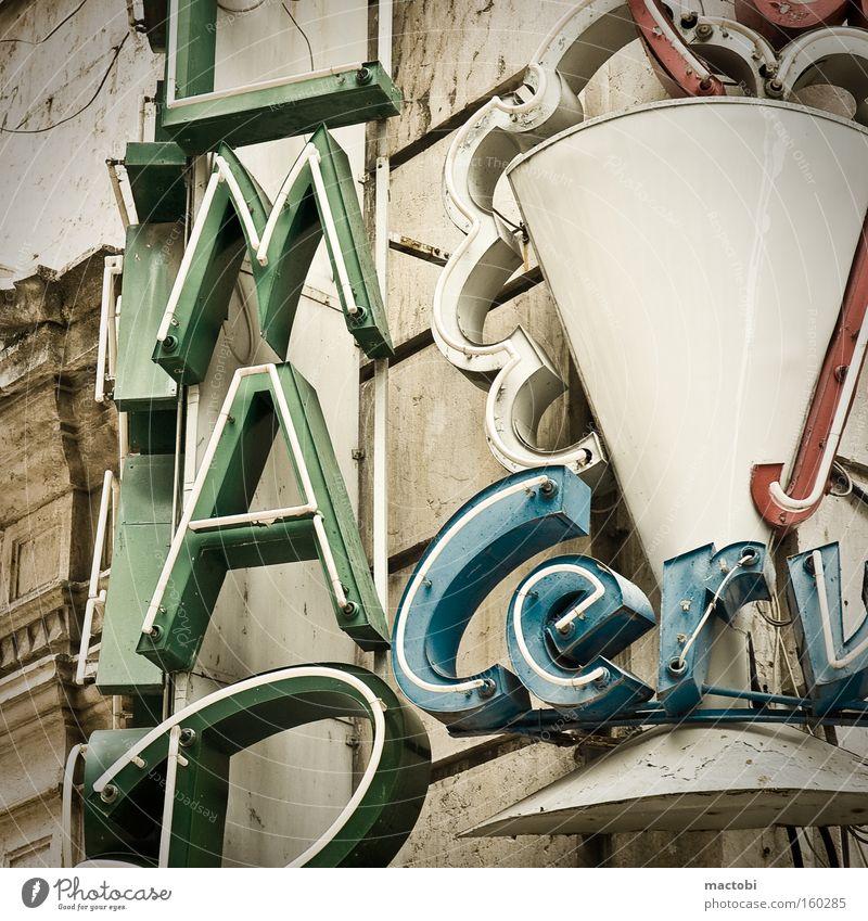 retro advertising Lissabon Portugal Leuchtreklame Neonlicht Schriftzeichen Beleuchtung Werbung Detailaufnahme Typographie Fassade