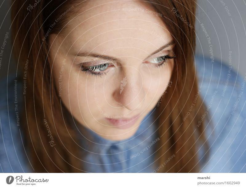 nachdenklich ins neue Lebensjahr Stil Mensch feminin Junge Frau Jugendliche Erwachsene Gesicht 1 30-45 Jahre Haare & Frisuren brünett langhaarig Gefühle