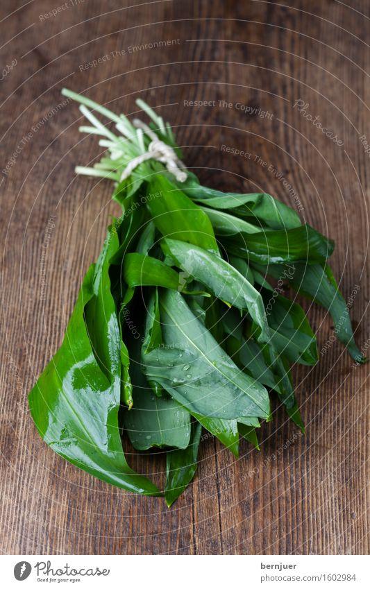 Der Bären Lauch grün Wasser Blatt Frühling Holz Lebensmittel liegen frisch nass Kräuter & Gewürze Schnur Holzbrett aromatisch Zutaten rustikal Saison