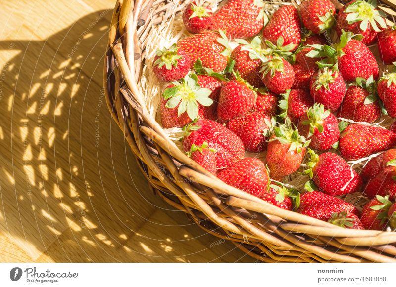 Korb mit Erdbeere auf Tabelle, sonniger Schatten Frucht Essen Diät Gesunde Ernährung Sommer Natur Pflanze Blatt Container frisch hell klein grün rot weiß