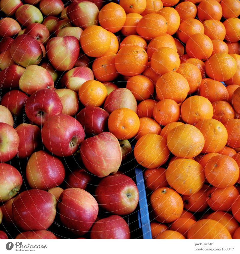 Tendenz von Äpfeln und Orangen Apfel Vegetarische Ernährung Gesunde Ernährung Obstverkäufer Handel Sammlung liegen authentisch frisch rund saftig viele rot