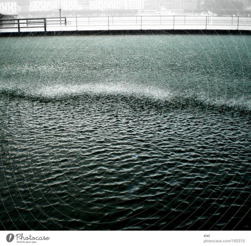 Regen wäscht Luzern rein Wasser dunkel See Brücke Seeufer Wasseroberfläche Schweiz Kräusel Vierwaldstätter See