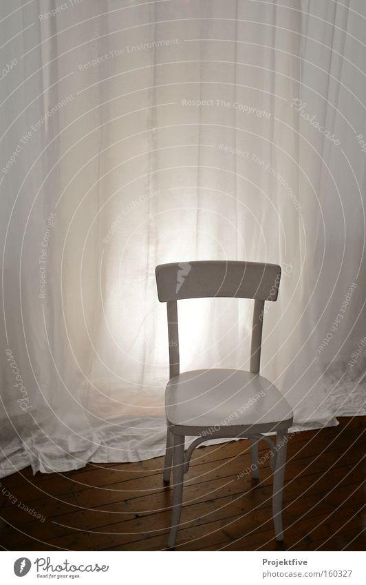 Stuhl im Zimmer Vorhang Bodenbelag Holz Raum Licht weiß Einsamkeit Holzfußboden Holzstuhl Gardine Stuhllehne Sitzgelegenheit ruhig Möbel Schlafzimmer Wohnzimmer