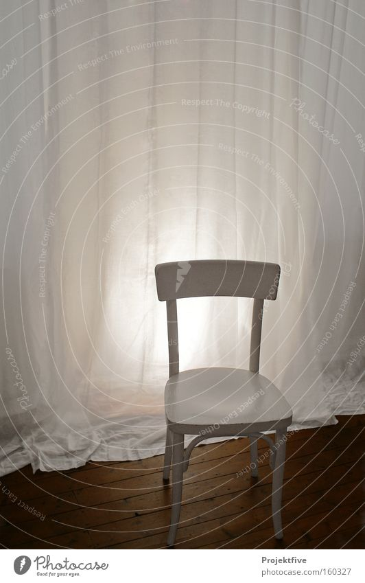 Stuhl im Zimmer weiß ruhig Einsamkeit Holz Raum Bodenbelag Möbel Wohnzimmer Vorhang Sitzgelegenheit Gardine Holzfußboden Schlafzimmer Stuhllehne Holzstuhl