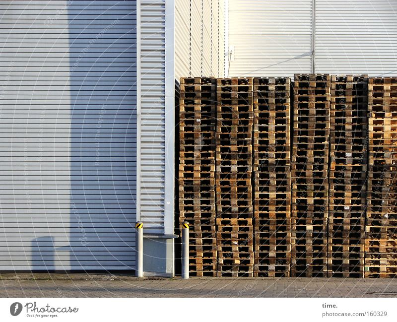 HB09.1 - Raucherecke Detailaufnahme Schatten Haus Industrie Ausstellung Sammlung Holz Metall Linie braun grau Paletten Lagerhalle diagonal Abendsonne Blech Wand