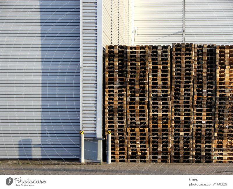HB09.1 - Raucherecke Lager Haus Wand Holz grau Metall Linie braun Industrie Ecke Messe diagonal Lagerhalle Sammlung Scheune Stapel