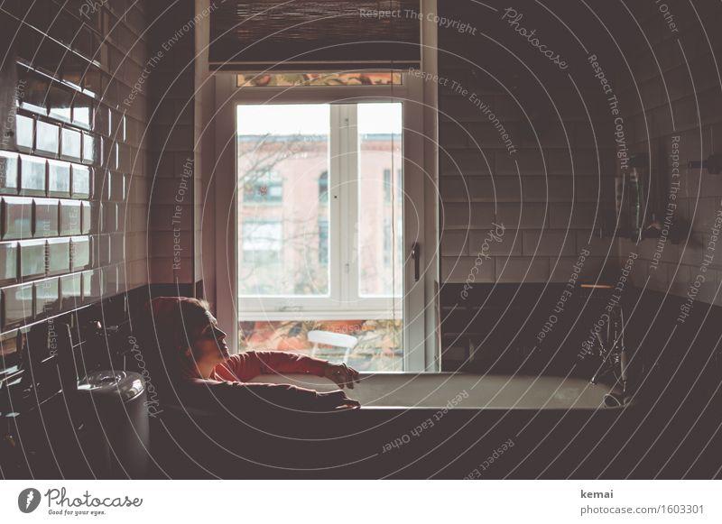 Tagträumen. Mensch Frau Erholung Einsamkeit dunkel Fenster Erwachsene Leben Traurigkeit Gefühle feminin Lifestyle Stil außergewöhnlich Denken Wohnung