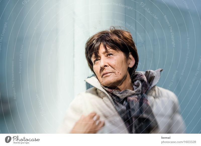 Licht und auch Schatten Lifestyle elegant Stil Mensch feminin Frau Erwachsene Weiblicher Senior Leben Gesicht 1 60 und älter Schal brünett kurzhaarig beobachten