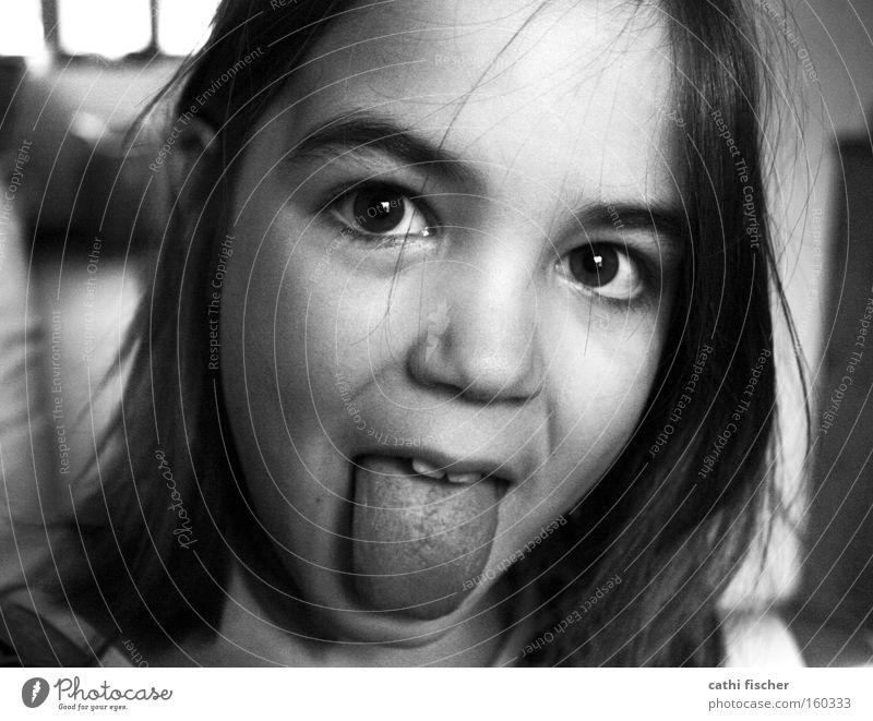 kleine hexe Mädchen Kind Zunge Gesicht Auge Haare & Frisuren Porträt Nase Freude frech lustig Grimasse grau Schwarzweißfoto rotznase Kindheit Jugendliche