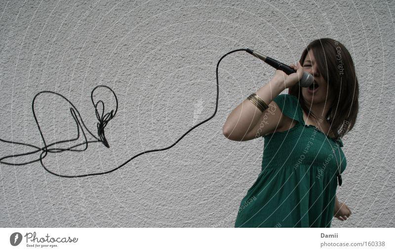 Stimm(ungs)schwankungen Musik hören Kabel schreien Konzert Rockmusik Leidenschaft Gesichtsausdruck Mikrofon laut Gesang Ausgelassenheit Tontechnik Armreif Aussage