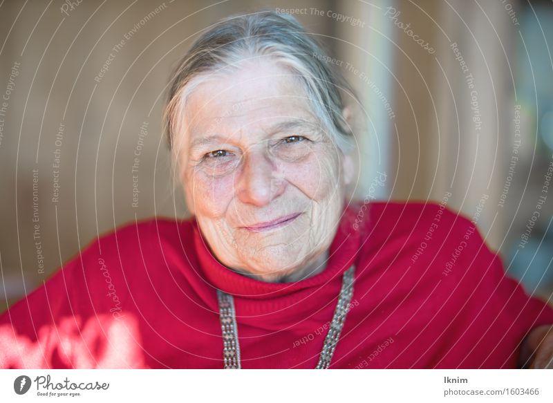 Porträt einer glücklichen alten Frau Gesundheit Gesundheitswesen Seniorenpflege Wohlgefühl Zufriedenheit Erholung feminin Weiblicher Senior Großmutter Gesicht 1