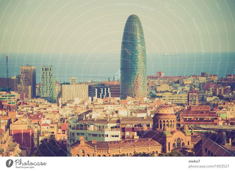 Torre Agbar Barcelona Katalonien Spanien Stadtzentrum Skyline Hochhaus Bauwerk Architektur Wahrzeichen außergewöhnlich Bekanntheit glänzend hoch maritim modern