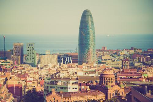 Torre Agbar Stadt Architektur außergewöhnlich Design Horizont glänzend modern Hochhaus hoch Bauwerk Spanien Skyline Wahrzeichen Stadtzentrum Bekanntheit
