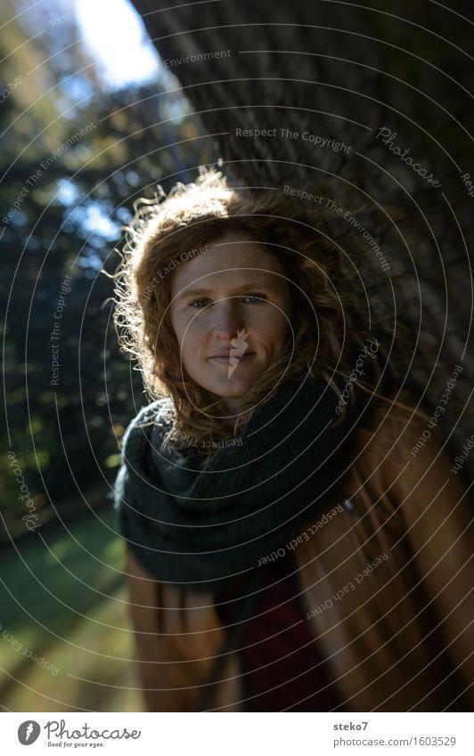 Stammhalterin Mensch Jugendliche Junge Frau 18-30 Jahre Erwachsene Wärme Herbst feminin Geborgenheit Strebe Stabilität haltend