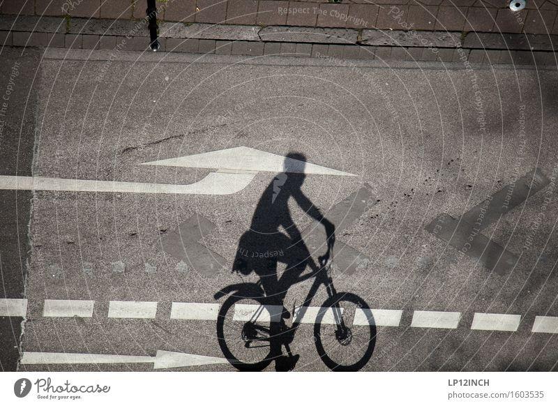 Aachener-Schatten. II Mensch Stadt dunkel Umwelt Straße Wege & Pfade Bewegung Freizeit & Hobby Körper gefährlich Ausflug Fahrradfahren sportlich Pfeil