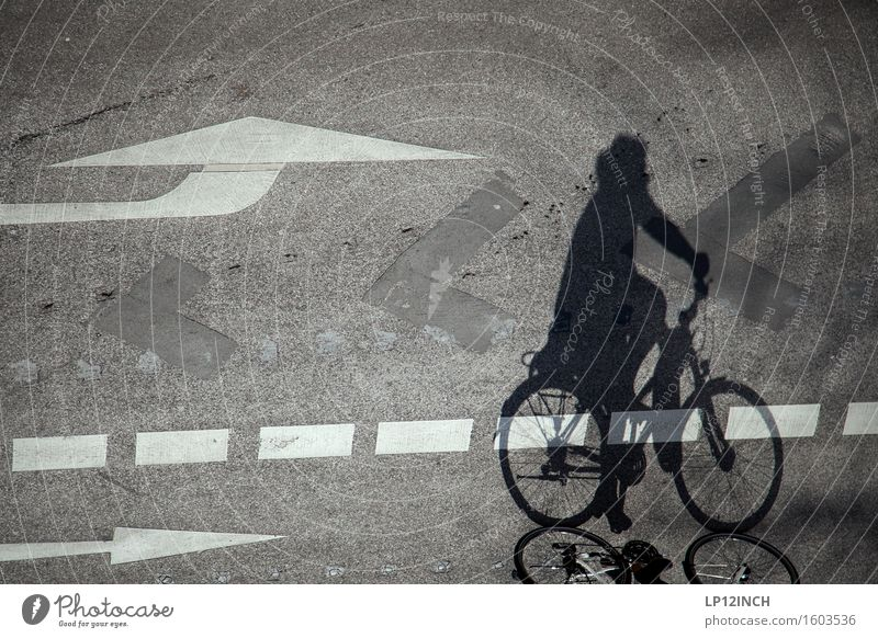 Aachener-Schatten. III Mensch Stadt Freude Umwelt Straße Wege & Pfade Bewegung Gesundheit Freizeit & Hobby Verkehr gefährlich Ausflug Klima Fahrradfahren Pfeil