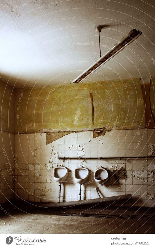 Toilette Raum Örtlichkeit Verfall Leerstand Vergänglichkeit Zeit Leben Erinnerung Zerstörung alt Militärgebäude Fliesen u. Kacheln Neonlicht verfallen Bad