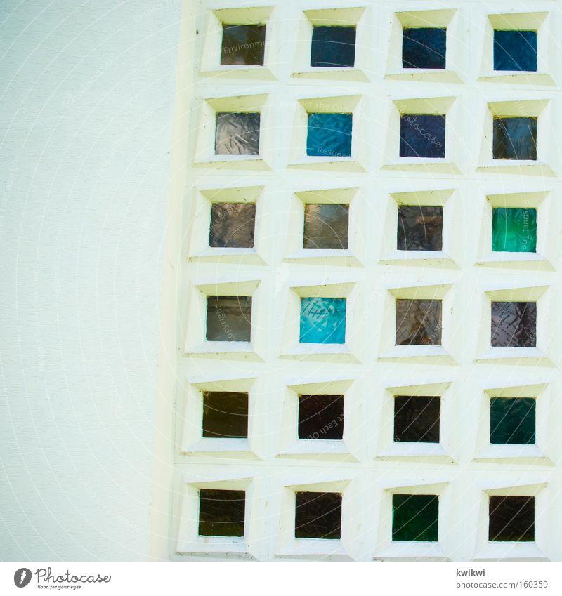 schief Fenster Wand mehrfarbig Glas Fensterscheibe Scheibe weiß Mauer Haus Quadrat verrückt Architektur Häusliches Leben Neigung