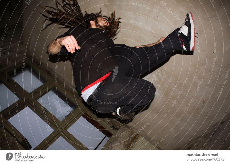 LOSING MYSELF Mann Jugendliche Fenster Bewegung Haare & Frisuren springen Raum Aktion verfallen Dynamik Rastalocken Flugbahn Sprungbein