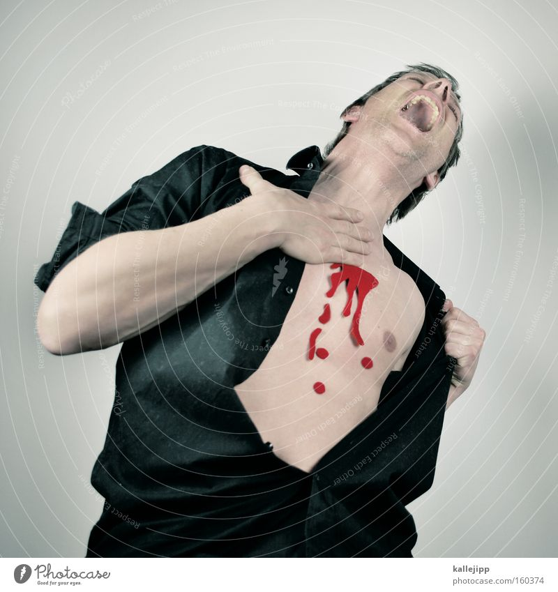 romeo must die Mensch Mann Tod Herz Angst Haut Hemd Blut Panik Treffer Mord Opfer verwundbar Wunde brutal