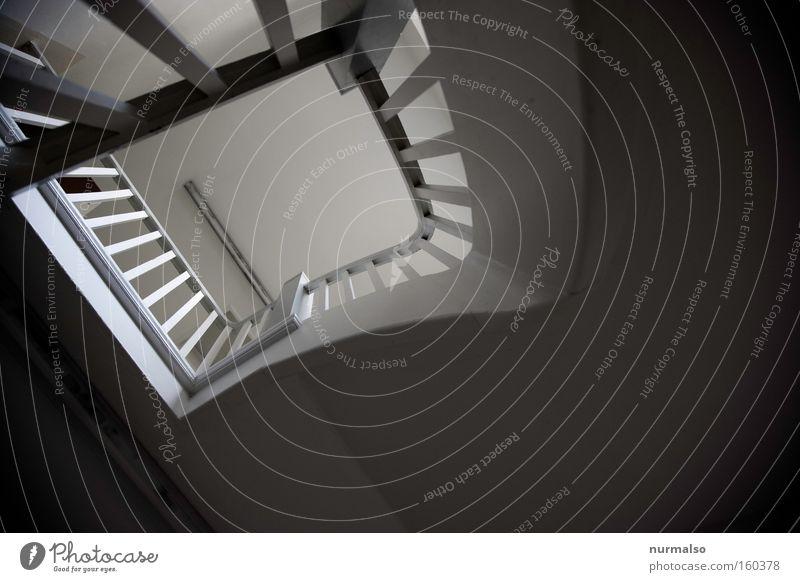 Treppenauge Geländer Treppengeländer Schulgebäude Sicherheit Schulklasse Lehrer Schüler Gebäude Fluchtweg Beleuchtung Pause Ausweg Architektur gefährlich