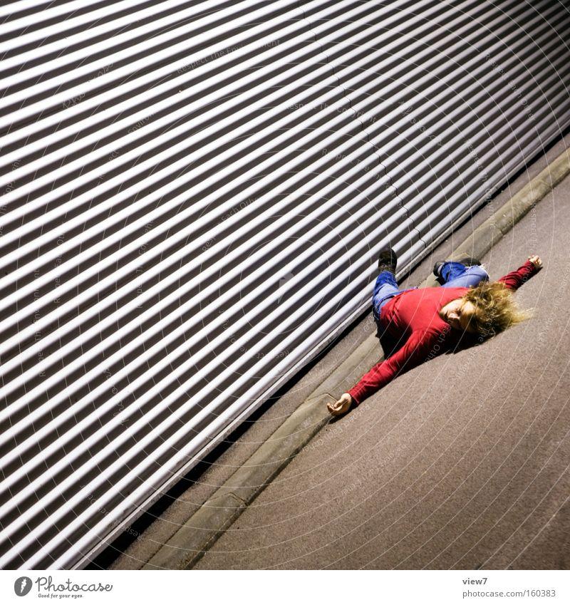 Drama liegen Tod Opfer Schauspieler Aluminium verrückt Linie Mann Schrecken Unfall Kontrast Theaterschauspiel frei Nacht Aktion Konzentration Angst Panik