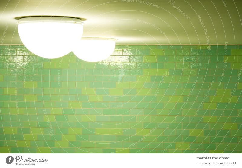 RUNDE DINGER Lampe Beleuchtung Halbkreis hell grell weiß Deckenbeleuchtung Wand Fliesen u. Kacheln grün Muster Strukturen & Formen Innenarchitektur Bahnhof
