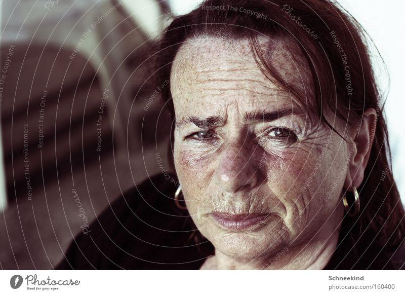 Germanys Next Topmutti Frau alt Gesicht Porträt Denken Deutschland Wohnung Sicherheit nachdenklich Hautfalten Falte Vertrauen Top Kindererziehung Heimat Ohrringe