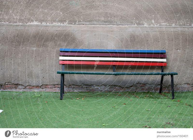 sei so frei und nimm doch Platz Bank Gartenbank Kunstrasen mehrfarbig Regenbogen Zusammensein Ladengeschäft künstlich Aktien Mauer Wand trist Einladung Dinge