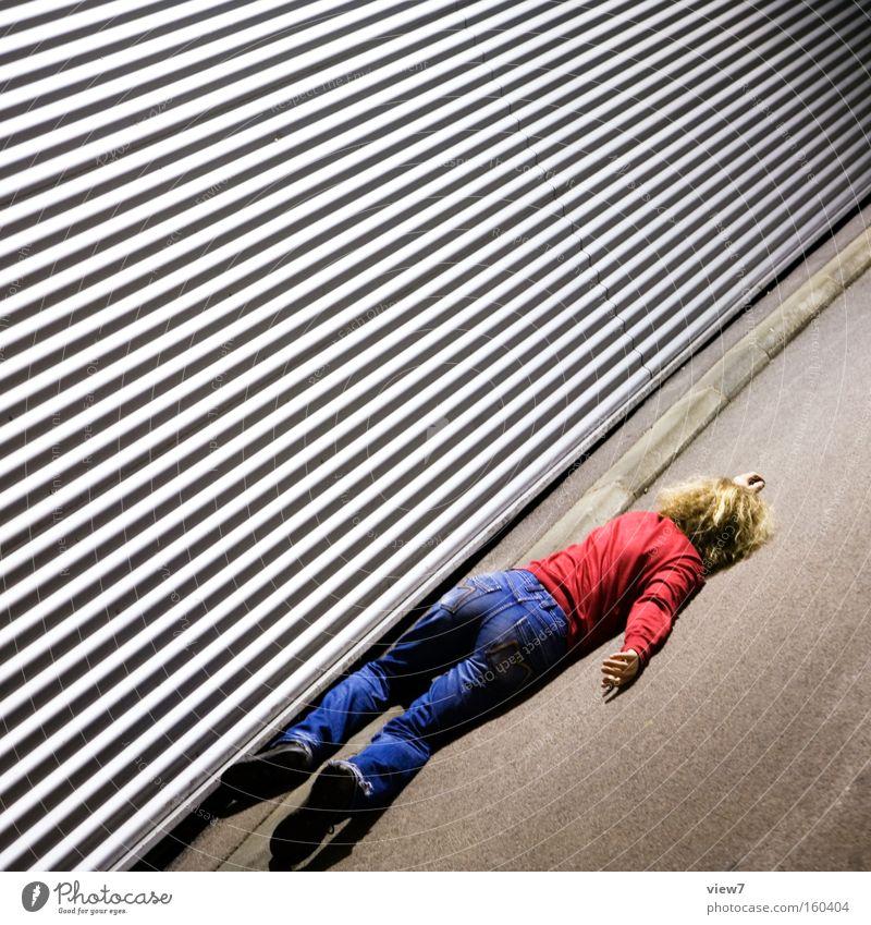absoluter Absturz Mann Tod Linie verrückt Trauer Aktion liegen Vertrauen Theaterschauspiel Verzweiflung Unfall Desaster Schrecken Opfer Schauspieler