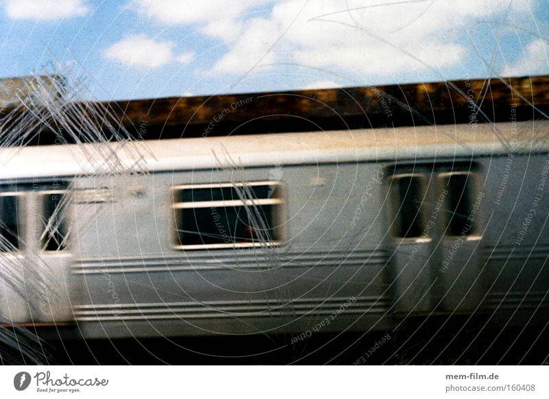 subway U-Bahn New York City Fenster Geschwindigkeit Bahnsteig Eisenbahn Verkehr zerkratzen silber Graffiti transit