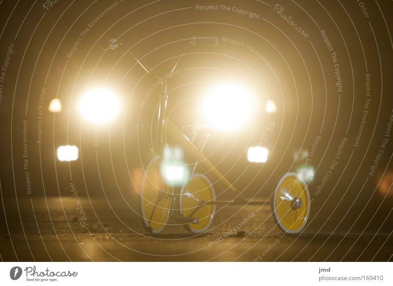 Dreirad - subtile Gefahr 2 PKW Stimmung Trauer KFZ gefährlich fahren Gewalt Kindheit Nacht Scheinwerfer Schwäche ungewiss Dreirad subtil