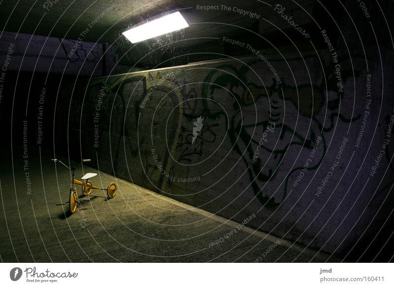 Dreirad - subtile Gefahr 3 dunkel Graffiti gefährlich Gewalt Kindheit Schwäche unheimlich ungewiss spukhaft verschwunden