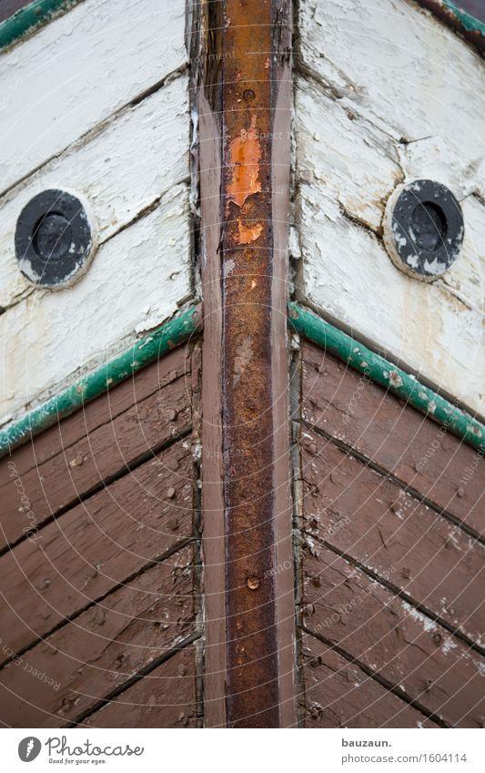vorne. Ausflug Abenteuer Island Schifffahrt Bootsfahrt Fischerboot Bullauge Holz Linie Streifen alt Senior Verfall Vergänglichkeit Farbfoto Außenaufnahme