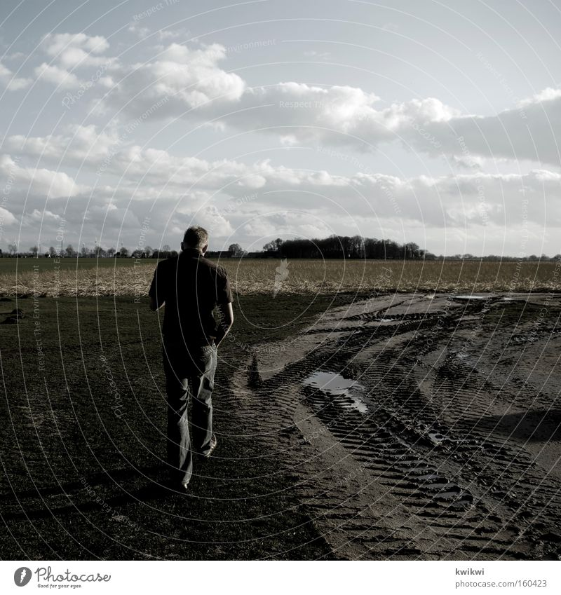 landluft Mann Erwachsene Ferne Wege & Pfade Feld dreckig Boden Spaziergang Bauernhof Grundbesitz Landwirt Schlamm gehen