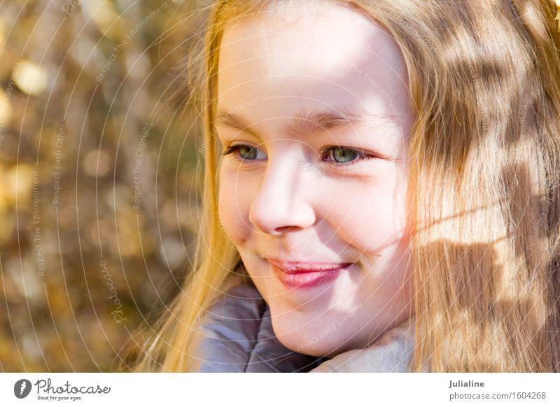 Schönes lächelndes Mädchen im Herbst Sommer Kind Kindheit 8-13 Jahre blond niedlich weiß fünf sechs 7 acht Vorschulkind fallen Kaukasier Europäer Ausdruck