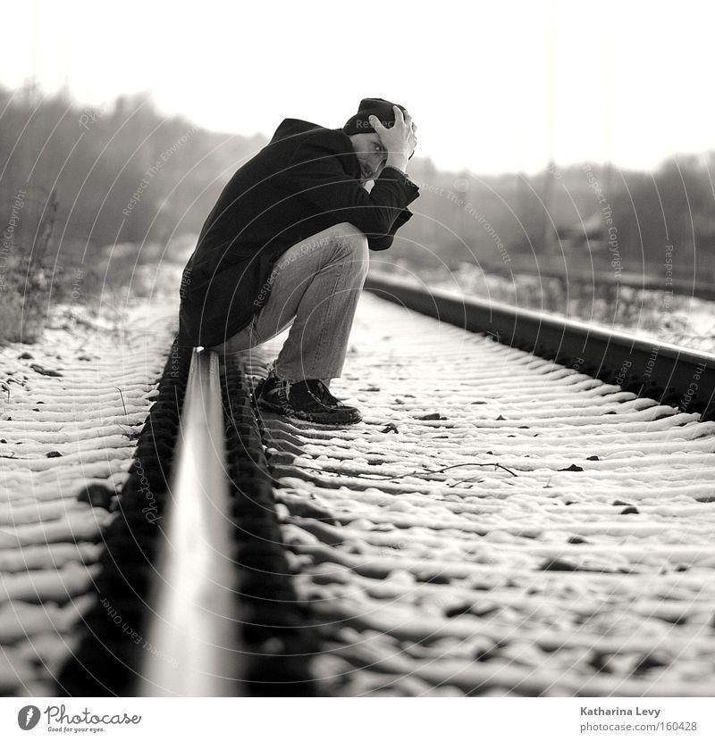 its a long road Mensch Mann Winter Einsamkeit Schnee Traurigkeit Angst warten Erwachsene maskulin Verkehr sitzen Trauer authentisch dünn einzigartig