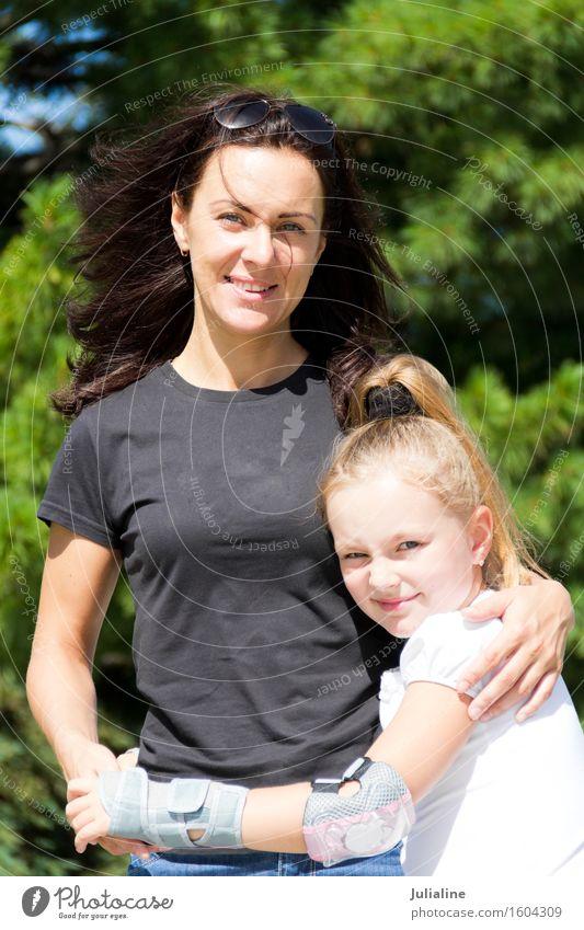 Lächelnde Mutter und Tochter im Sommer Kind Schulkind Mädchen Frau Erwachsene Eltern Kindheit 2 Mensch 8-13 Jahre 18-30 Jahre Jugendliche brünett blond schwarz