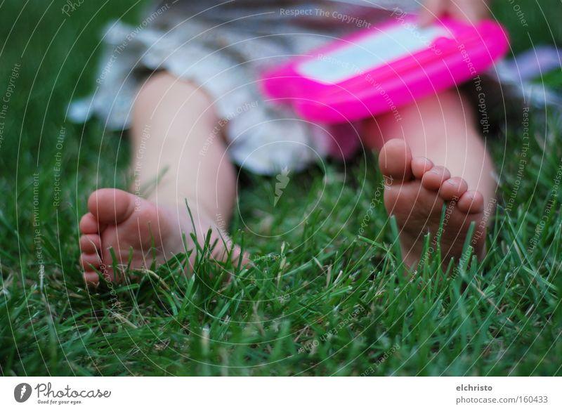 Auch Künstler müssen entspannen Kind grün Sommer Erholung Gras Freiheit Fuß Beine rosa sitzen Kleid Gemälde Kleinkind Halm Zehen
