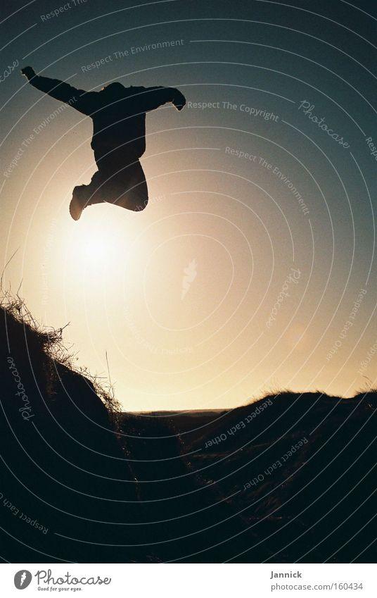 jump around Silhouette Mensch Sonne Wiese Hügel schwarz springen Sand Stranddüne Himmel Meer Gras hüpfen Freude Küste Mann