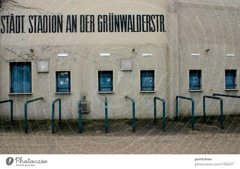 Grünwalderstadion Spielen Stadion alt blau weiß Einsamkeit Verfall 1860 verfallen kultig Fußballstadion Bundesliga abgeschoben leer Farbfoto Gedeckte Farben