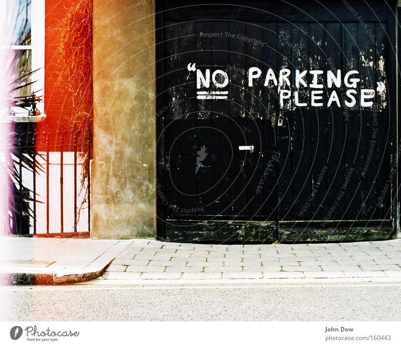 Höfliches Parkverbot. Stadt schwarz Graffiti Fassade Schriftzeichen Buchstaben analog Freundlichkeit Bürgersteig Hinweisschild Gesetze und Verordnungen