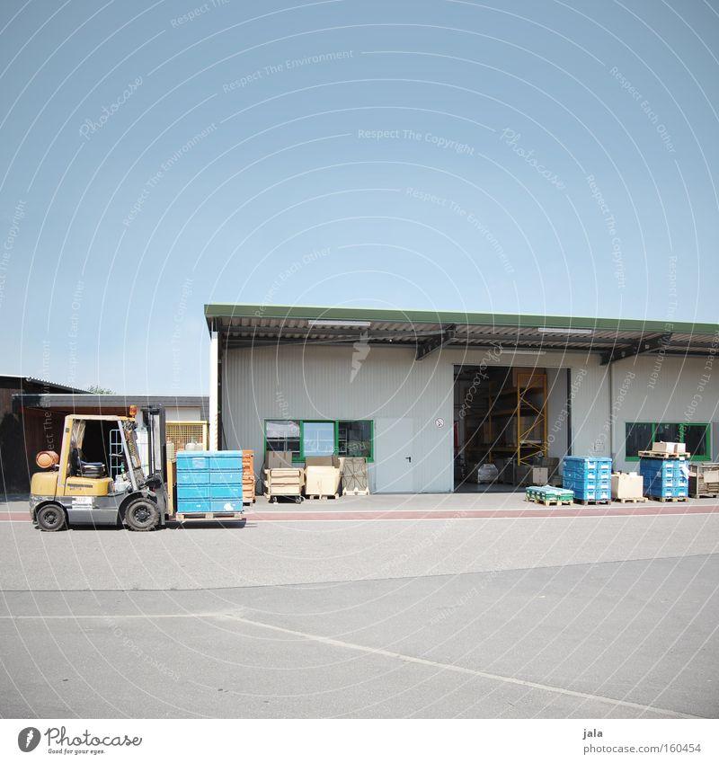 Warenlager Gebäude Großhandel Lagerhalle Halle Werkstatt Wirtschaft Industriefotografie Fabrikhalle Güterverkehr & Logistik Himmel Tor Gabelstapler Produkt