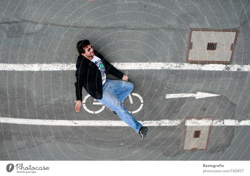 schlag ein Ferien & Urlaub & Reisen Freude Straße Spielen Berge u. Gebirge Bewegung lustig Fahrrad Geschwindigkeit fahren Verkehrswege Inszenierung Präsentation