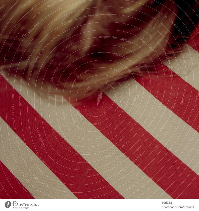 Fotonummer 115154 Mensch weiß rot Farbe Haare & Frisuren Farbstoff Linie blond schlafen liegen Streifen Bett Müdigkeit diagonal Alkoholisiert