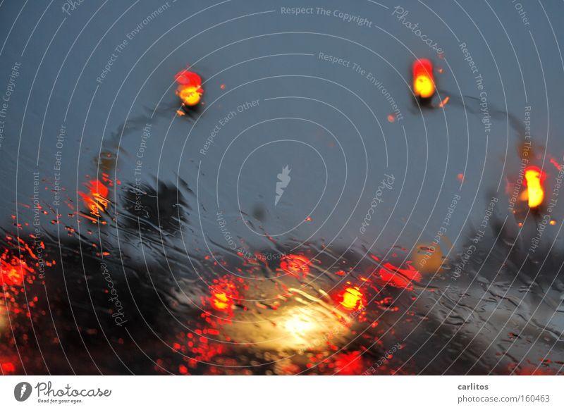 Die weiteren Aussichten: rot PKW Regen warten Wetter Verkehr KFZ Klima Jahreszeiten Ampel Verkehrsstau schlechtes Wetter genervt Berufsverkehr Wetterdienst